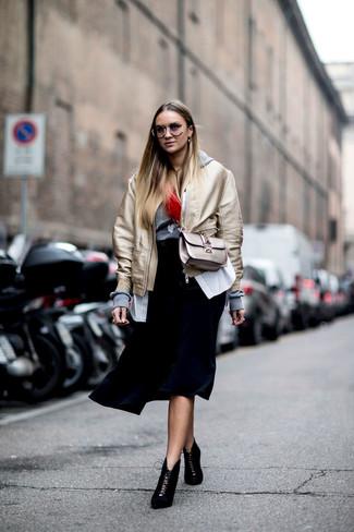 Cómo combinar: cazadora de aviador dorada, sudadera con capucha gris, camisa de vestir de rayas verticales blanca, falda midi plisada negra