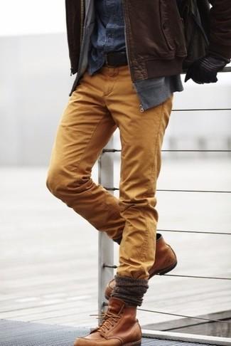 Cómo combinar: cazadora de aviador de cuero marrón, sudadera con capucha gris, camisa vaquera azul marino, pantalón chino marrón claro
