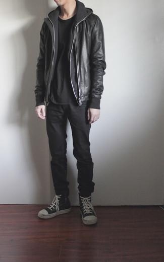 Cómo combinar unos vaqueros negros: Para un atuendo que esté lleno de caracter y personalidad equípate una cazadora de aviador de cuero negra con unos vaqueros negros. ¿Quieres elegir un zapato informal? Complementa tu atuendo con zapatillas altas de cuero en negro y blanco para el día.
