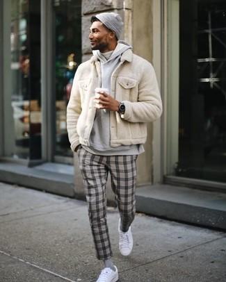 Cómo combinar: cazadora de aviador de pelo en beige, sudadera con capucha gris, jersey de cuello alto blanco, pantalón de vestir de tartán gris