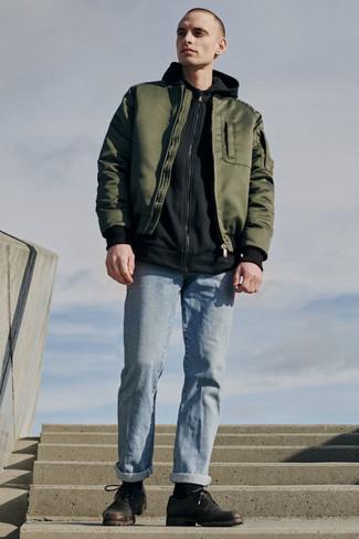 Cómo combinar unos vaqueros celestes: Elige una cazadora de aviador verde oliva y unos vaqueros celestes para conseguir una apariencia relajada pero elegante. Usa un par de zapatos derby de cuero en marrón oscuro para mostrar tu inteligencia sartorial.