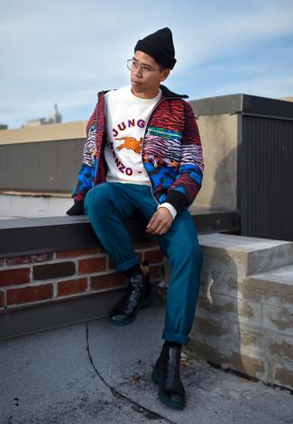 Cómo combinar: cazadora de aviador estampada en multicolor, sudadera estampada blanca, pantalón chino en verde azulado, botines chelsea de cuero negros