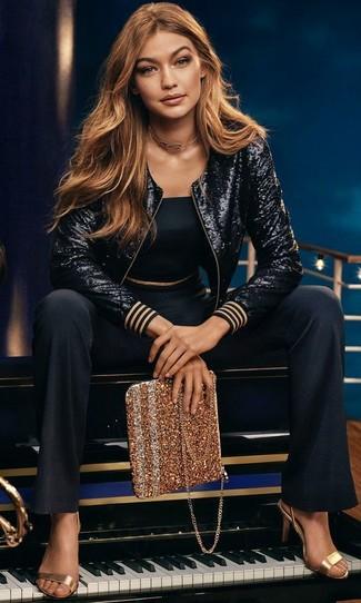 Considera emparejar una cazadora de aviador de lentejuelas negra con un pantalón de campana negro para conseguir una apariencia glamurosa y elegante. Sandalias de tacón de cuero doradas son una forma sencilla de mejorar tu look.