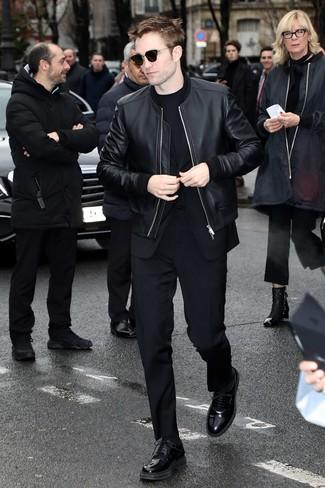 Cómo combinar: cazadora de aviador de cuero negra, traje negro, camiseta con cuello circular negra, zapatos derby de cuero negros