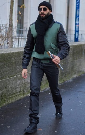 Cómo combinar una cazadora de aviador verde oscuro: Equípate una cazadora de aviador verde oscuro junto a unos vaqueros negros para conseguir una apariencia relajada pero elegante. ¿Quieres elegir un zapato informal? Elige un par de zapatillas altas de cuero negras para el día.