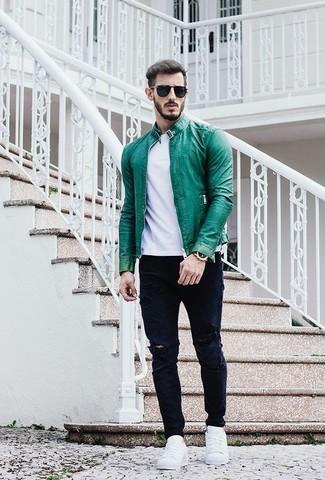 Cómo combinar: cazadora de aviador de cuero verde, camiseta con cuello circular blanca, vaqueros desgastados azul marino, tenis blancos