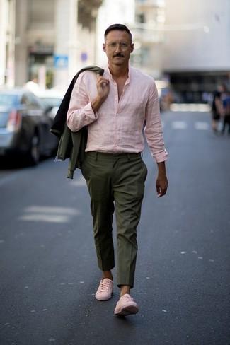 Ponte una cazadora de aviador verde oliva de Ben Sherman y un pantalón de vestir verde oliva para un perfil clásico y refinado. Para darle un toque relax a tu outfit utiliza tenis de cuero rosados.