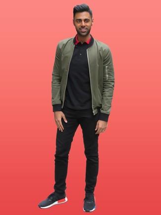 Cómo combinar una camisa polo negra: Casa una camisa polo negra con un pantalón chino negro para cualquier sorpresa que haya en el día. Si no quieres vestir totalmente formal, elige un par de deportivas negras.