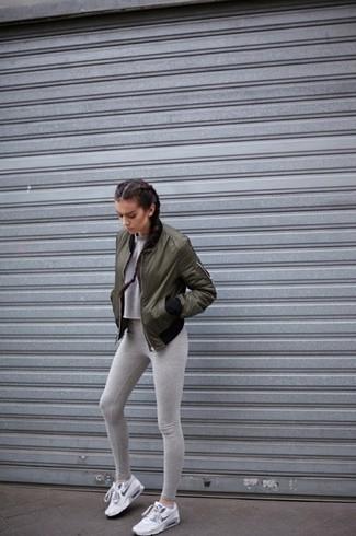 Cómo combinar unas deportivas blancas: Intenta combinar una cazadora de aviador verde oliva junto a unos leggings grises para un look agradable de fin de semana. Deportivas blancas contrastarán muy bien con el resto del conjunto.