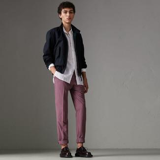 Cómo combinar: cazadora harrington azul marino, camisa de manga larga blanca, pantalón chino a cuadros burdeos, zapatos derby de cuero burdeos