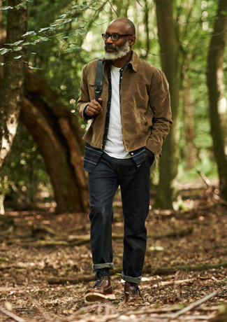 Cómo combinar una camisa de manga larga de tartán azul marino: Utiliza una camisa de manga larga de tartán azul marino y unos vaqueros azul marino para lidiar sin esfuerzo con lo que sea que te traiga el día. ¿Quieres elegir un zapato informal? Haz botas de trabajo de cuero marrónes tu calzado para el día.