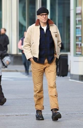 Cómo combinar una cazadora harrington en beige: Haz de una cazadora harrington en beige y un pantalón chino marrón claro tu atuendo para una vestimenta cómoda que queda muy bien junta. Opta por un par de botas casual de cuero negras para mostrar tu inteligencia sartorial.