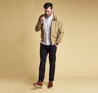 Look de moda: Cazadora harrington marrón claro, Camisa de manga larga blanca, Pantalón chino negro, Zapatos derby de cuero marrónes
