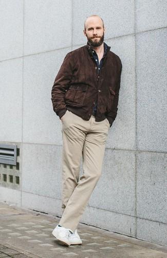 Look de moda: Cazadora harrington de ante en marrón oscuro, Camisa de manga larga azul marino, Pantalón chino en beige, Tenis blancos