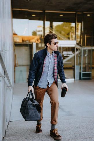 Cómo combinar unos calcetines: Usa una cazadora harrington azul marino y unos calcetines para un look agradable de fin de semana. ¿Te sientes valiente? Complementa tu atuendo con tenis de cuero en marrón oscuro.