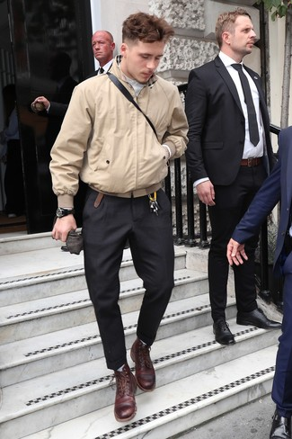 Cómo combinar unas botas casual de cuero burdeos: Usa una cazadora harrington marrón claro y un pantalón de vestir negro para rebosar clase y sofisticación. Botas casual de cuero burdeos darán un toque desenfadado al conjunto.