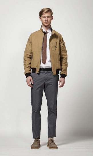Cómo combinar: cazadora harrington marrón claro, camisa de vestir blanca, pantalón chino en gris oscuro, zapatos derby de ante marrónes