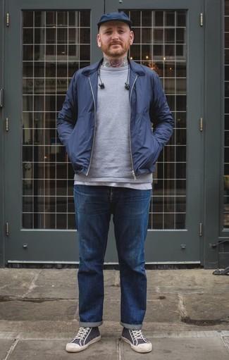 Cómo combinar una camiseta sin mangas: Para un atuendo tan cómodo como tu sillón empareja una camiseta sin mangas junto a unos vaqueros azules. Complementa tu atuendo con zapatillas altas de lona en azul marino y blanco.