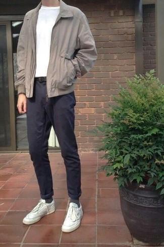 Cómo combinar unos tenis de cuero blancos: Empareja una cazadora harrington gris con un pantalón chino azul marino para una vestimenta cómoda que queda muy bien junta. Para el calzado ve por el camino informal con tenis de cuero blancos.