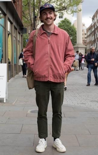 Cómo combinar un pantalón chino verde oscuro: Para un atuendo que esté lleno de caracter y personalidad haz de una cazadora harrington rosa y un pantalón chino verde oscuro tu atuendo. Si no quieres vestir totalmente formal, usa un par de tenis blancos.