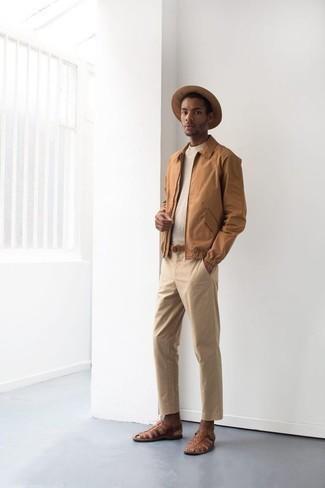 Outfits hombres en clima cálido estilo relajado: Haz de una cazadora harrington marrón claro y un pantalón chino marrón claro tu atuendo para lidiar sin esfuerzo con lo que sea que te traiga el día. ¿Quieres elegir un zapato informal? Haz sandalias de cuero marrónes tu calzado para el día.