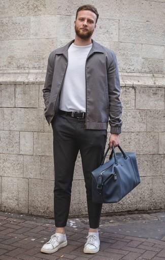 Cómo combinar unos tenis: Ponte una cazadora harrington gris y un pantalón chino en gris oscuro para una apariencia fácil de vestir para todos los días. ¿Quieres elegir un zapato informal? Elige un par de tenis para el día.