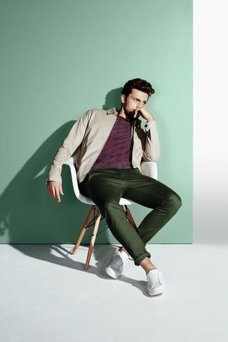 Cómo combinar una cazadora harrington en beige: Considera emparejar una cazadora harrington en beige con un pantalón chino verde oscuro para una vestimenta cómoda que queda muy bien junta. Si no quieres vestir totalmente formal, opta por un par de tenis de cuero blancos.