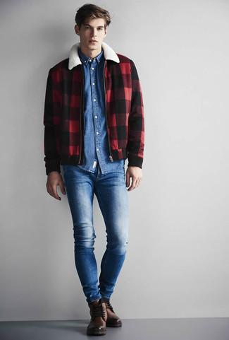 Cómo combinar: cazadora harrington a cuadros en rojo y negro, camisa vaquera azul, vaqueros pitillo azules, botas casual de cuero marrónes
