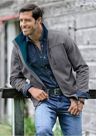 Outfits hombres: Para crear una apariencia para un almuerzo con amigos en el fin de semana intenta ponerse una cazadora harrington gris y unos vaqueros azules.
