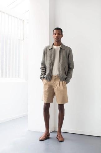 Outfits hombres en clima cálido estilo relajado: Para un atuendo que esté lleno de caracter y personalidad casa una cazadora harrington gris con unos pantalones cortos marrón claro. Si no quieres vestir totalmente formal, elige un par de sandalias de cuero marrónes.