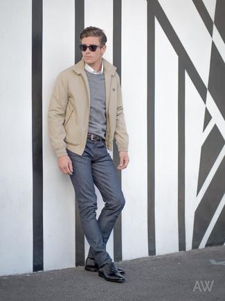 Cómo combinar: cazadora harrington en beige, jersey con cuello circular gris, camisa de manga larga blanca, vaqueros azul marino