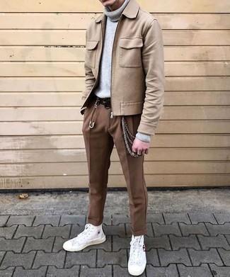 Cómo combinar una correa: Una cazadora harrington de lana marrón claro y una correa son una opción perfecta para el fin de semana. Zapatillas altas de lona blancas dan un toque chic al instante incluso al look más informal.