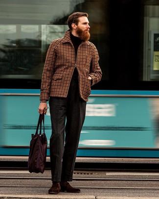 Cómo combinar: cazadora harrington de cuadro vichy marrón, jersey de cuello alto negro, pantalón de vestir de lana en gris oscuro, mocasín de ante burdeos