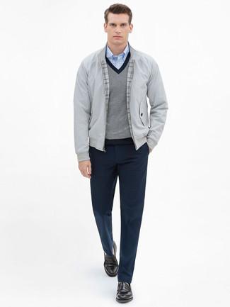 Outfits hombres: Casa una cazadora harrington gris junto a un pantalón de vestir azul marino para un perfil clásico y refinado. Mocasín de cuero en marrón oscuro son una opción incomparable para completar este atuendo.
