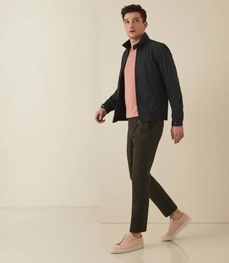 Outfits hombres: Empareja una cazadora harrington negra con un pantalón chino verde oliva para un almuerzo en domingo con amigos. ¿Quieres elegir un zapato informal? Opta por un par de tenis de cuero rosados para el día.