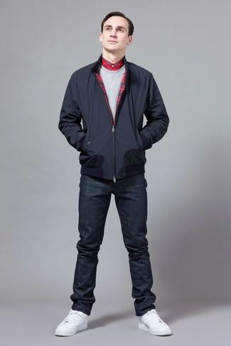 Cómo combinar: cazadora harrington azul marino, sudadera gris, camisa de vestir de tartán roja, vaqueros azul marino