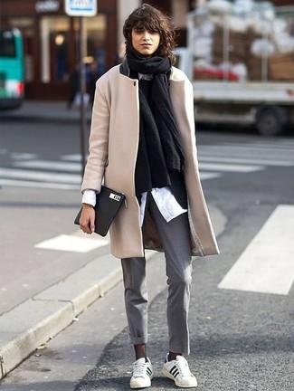 Cómo combinar: chal negro, abrigo en beige, blazer negro, jersey con cuello circular negro