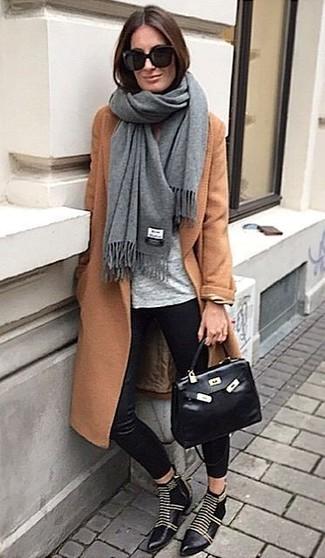 Cómo combinar: chal gris, abrigo en tabaco, camiseta con cuello circular gris, pantalones pitillo de seda negros