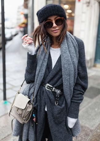 Cómo combinar un chal gris: Para un atuendo tan cómodo como tu sillón opta por un abrigo en gris oscuro y un chal gris.