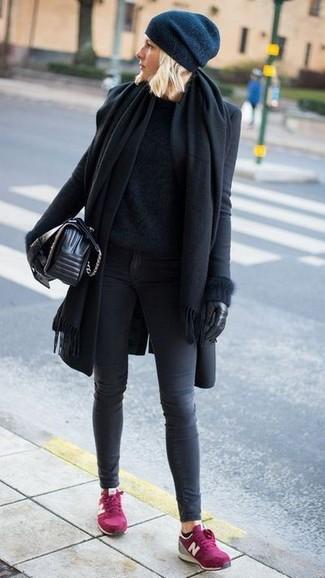 Cómo combinar: chal negro, abrigo negro, jersey con cuello circular de angora negro, vaqueros pitillo en gris oscuro