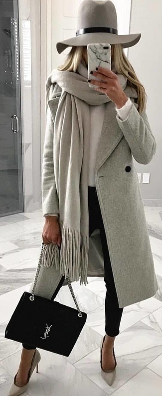 Cómo combinar: chal gris, abrigo gris, jersey con cuello circular blanco, pantalones pitillo negros