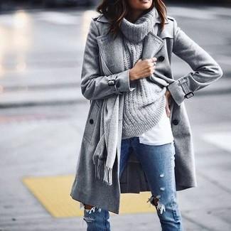 Cómo combinar unos vaqueros pitillo desgastados azules en clima frío: Elige un abrigo gris y unos vaqueros pitillo desgastados azules para lidiar sin esfuerzo con lo que sea que te traiga el día.