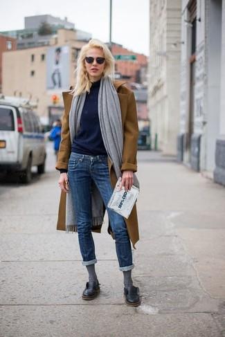 Cómo combinar un chal gris: Usa un abrigo marrón y un chal gris transmitirán una vibra libre y relajada. ¿Quieres elegir un zapato informal? Elige un par de zapatos derby de cuero negros para el día.