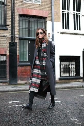Cómo combinar: chal de rayas horizontales en rojo y blanco, abrigo en gris oscuro, jersey de cuello alto negro, vaqueros pitillo negros