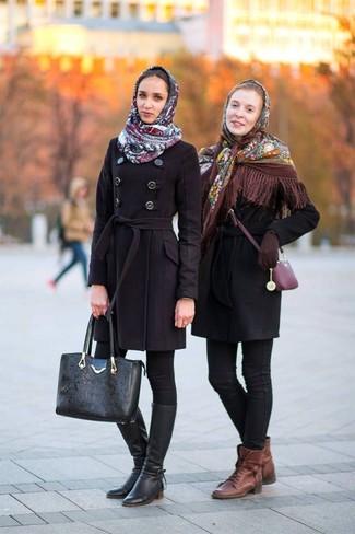 Cómo combinar: chal con print de flores marrón, abrigo negro, vaqueros pitillo negros, botas planas con cordones de cuero marrónes