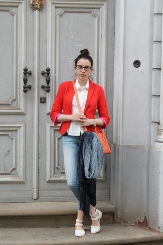Cómo combinar: chal gris, blazer rojo, camisa de vestir blanca, vaqueros pitillo celestes