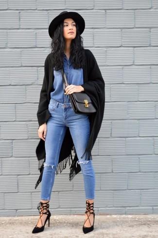 Cómo combinar: chal сon flecos negro, camisa vaquera azul, vaqueros pitillo desgastados azules, zapatos de tacón de ante con recorte negros