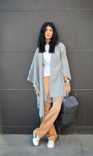 Cómo combinar una mochila de cuero gris en clima cálido: Emparejar una camiseta con cuello circular blanca junto a una mochila de cuero gris es una opción perfecta para el fin de semana. Si no quieres vestir totalmente formal, elige un par de deportivas blancas.
