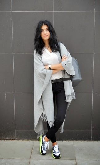 Cómo combinar una mochila de cuero gris en clima cálido: Una camiseta con cuello en v blanca y una mochila de cuero gris son una opción perfecta para el fin de semana. Deportivas grises añadirán un nuevo toque a un estilo que de lo contrario es clásico.