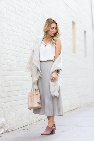 Cómo combinar: chal de algodón en beige, camiseta sin manga de seda blanca, falda midi de gasa plisada gris, chinelas de ante rosadas